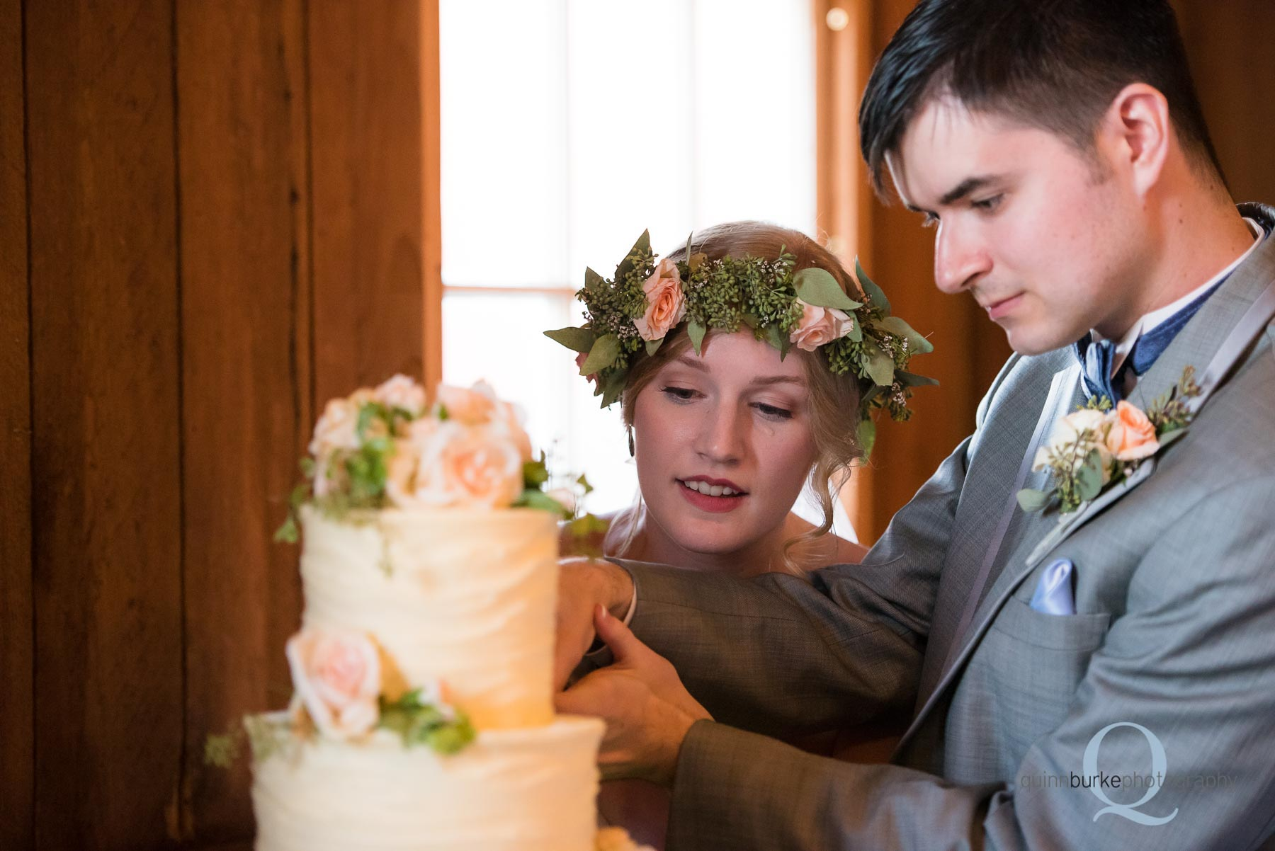 cake cutting oregon barn wedding Perryhill Farm