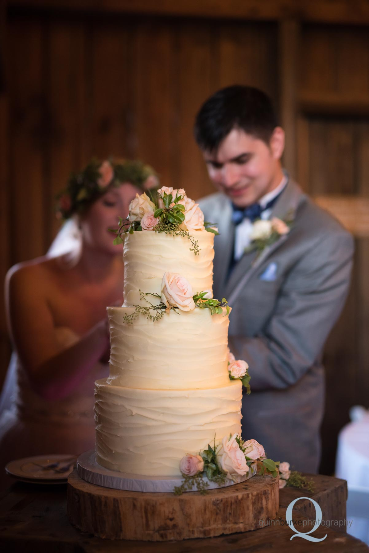 rose cake cutting oregon barn wedding